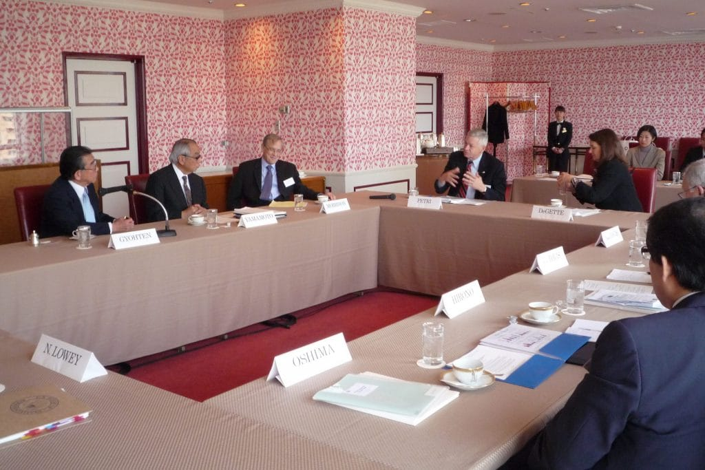 Members discuss global economic issues with Toyoo Gyohten